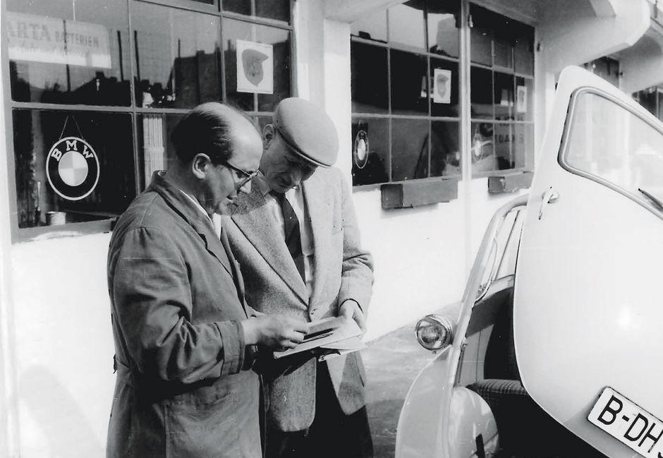Kunde ist König: Wilhelm Pusch erklärt einem Autobesitzer, was an dessen Isetta repariert wurde